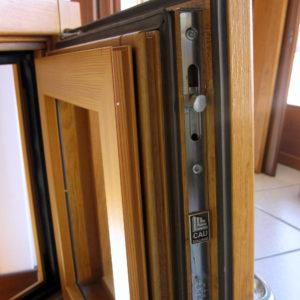 sezione infisso in legno-alluminio